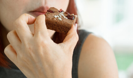Women eating brownie at cafe